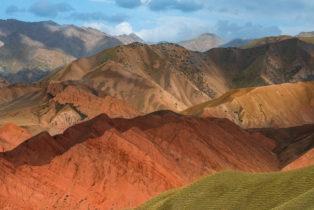 Landschaft mit bunten Bergen im Pamir, Kirgistan (Kirgisien)