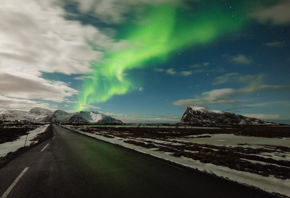 Lofoten 015   Polarlichter über Straße, Vestvågøy   Norwegen, Winter, Polarlichter, Nordlichter, Landschaftsfotografie, Bilder, Fotos, Landschaften