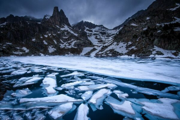 Spanien - Vereister See im Aigüestortes NP, Pyrenäen