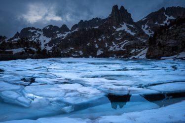 Aigüestortes i Estany de Sant Maurici Nationalpark, Eisschollen auf dem Estany Gran d´Amitges, Agulles d'Amitges, Katalonien, Pyrenäen, Spanien