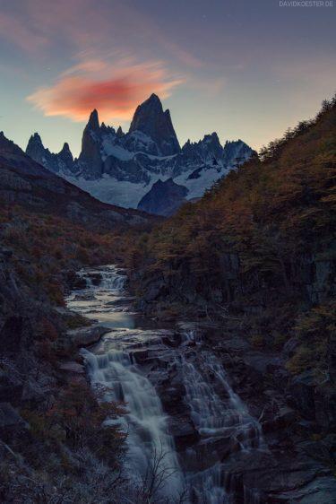 Wasserfall vor Fitz Roy, Patagonien, Argentinien