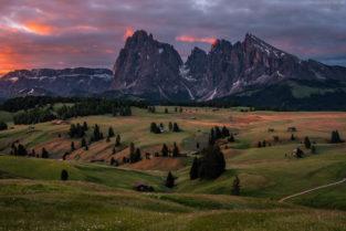 Dolomiten: Sonnenaufgang auf der Seiser Alm (Alpe di Suisi), Südtirol
