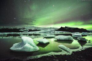 Island: Polarlichter über Eislagune Fjallsárlón im Winter