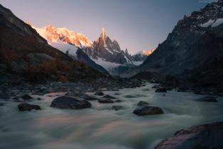 Patagonien: Gletscherfluss und Gipfelglühen am Cerro Torre, Los Glaciares, Argentinien