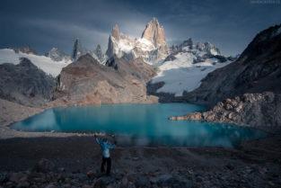Patagonien Landschaft: Wanderer an der Laguna de los Tres, Gletschersee des Fitz Roy, Los Glaciares, Argentinien