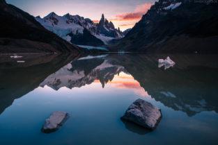 Patagonien: Reflektion des Cerro Torre und Eisberge in der Laguna Torre, Los Glaciares