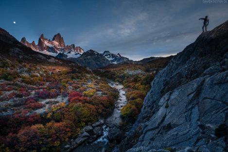 Patagonien: Wanderin im Herbst mit Blick auf Wasserfall und Fitz Roy, Los Glaciares, Argentinien