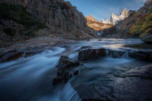 Patagonien Landschaft: Rio de las Vueltas und Fitz Roy im Herbst, Los Glaciares Nationalpark, Argentinien