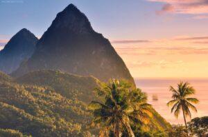 Palmenstrand und Pitons, St. Lucia, Kleine Antillen, Karibik
