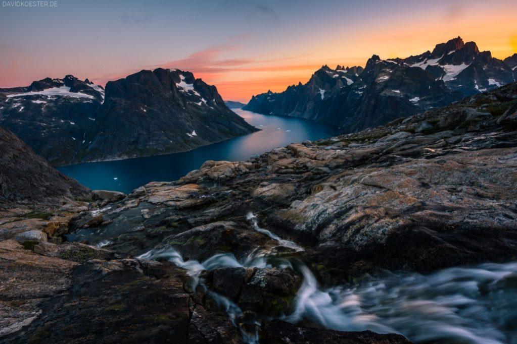 Grönland Landschaft: Blick in Fjord mit Eisbergen und Wasserfall, Südgrönland