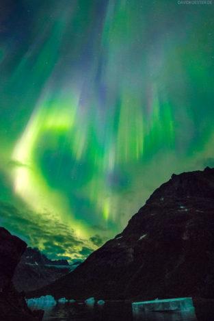 Grönland Landschaft: Eisberge und Polarlichter (Aurora Borealis) in eimen Fjord, Südgrönland
