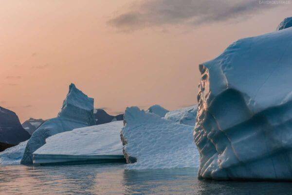 Grönland Landschaft: Eisberge bei Sonnenaufgang, Fjord Ikerasassuaqp, Aappilattoq, Südgrönland