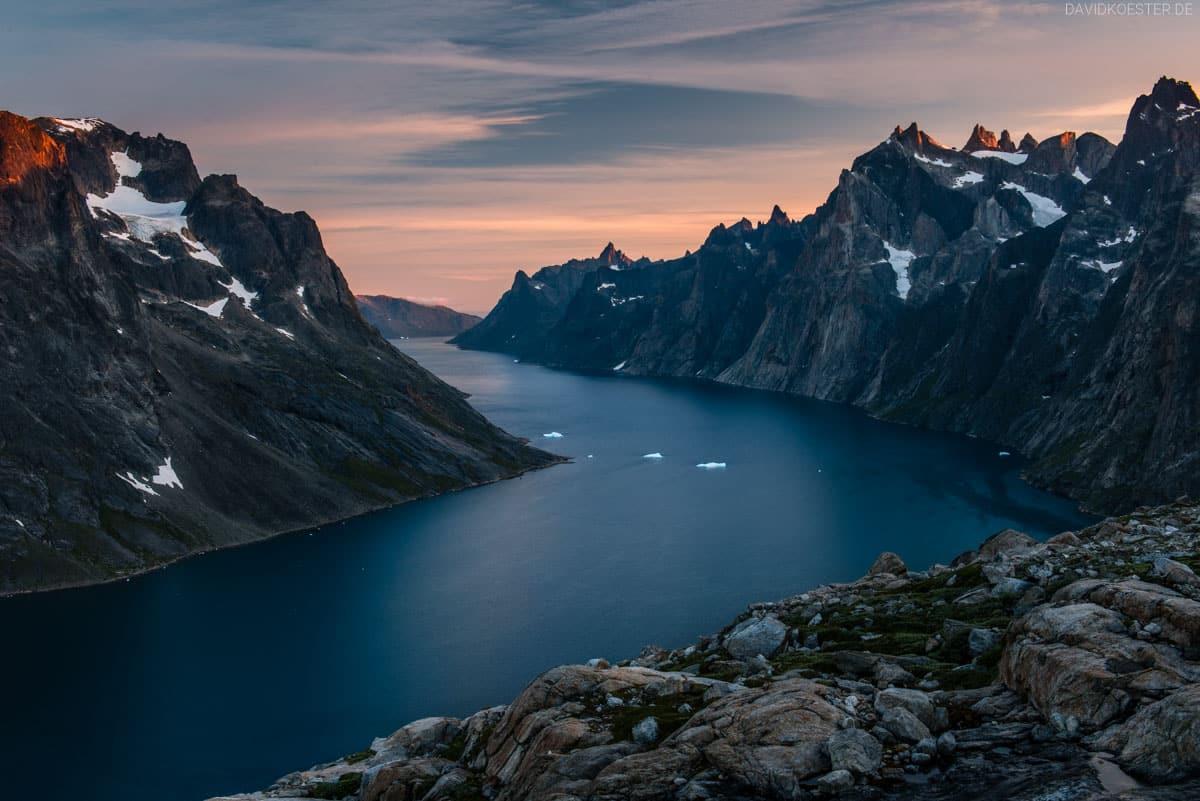 Grönland Landschaft: Blick in Fjord mit Eisbergen, Region Nanortalik ...