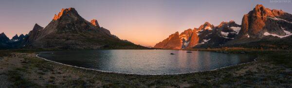 Grönland Landschaft: Alpenglühen am See, Südgrönland, Tasermiut Fjord