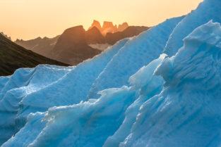 Grönland Landschaft: Eisberge und steile Bergwände bei Sonnenaufgang, Fjord Ikerasassuaqp nahe Aappilattoq, Südgrönland
