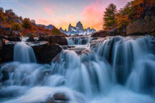 Patagonien, Wasserfall mit Blick auf Mount Fitz Roy im Herbst, Los Glaciares. Nationalpark, Argentinien