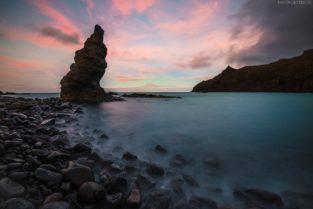 La Gomera Strand mit Felsen und Blick auf Teide