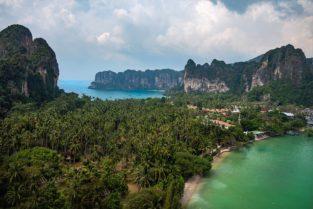 Palmen, Felsen und Doppelstrand von Railay Beach, Krabi, Thailand