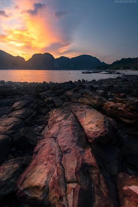 Farbige Felsen auf Phi Phi Island, Thailand