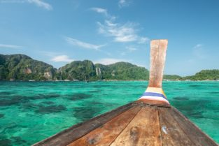 Longtail Boot in Buch auf Phi Phi Island, Thailand