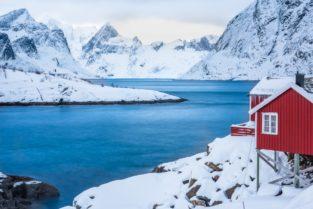 Lofoten Landschaft 01 | Insel Hamnoy mit Holzhütten vor schneebedeckten Bergen
