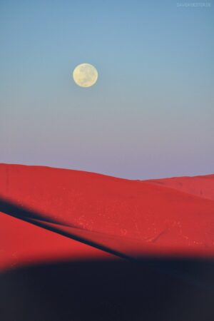 Namibia - Mond über Sanddünen im Sossusvlei