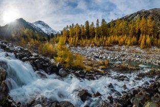 Schweiz - Wasserfall im herbstlichen Morteratsch Tal, Engadin