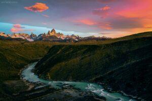 Patagonien: Canyon mit Blick auf Cerro Torre und Fitz Roy bei Sonnenaufgang, Los Glaciares Nationalpark, Argentinien